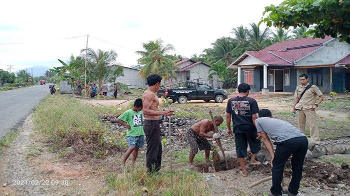 Alirkan Air Bersih, Warga Rantau Panjang Gotong Royong Bareng UPT Air Bersih Kayong Utara