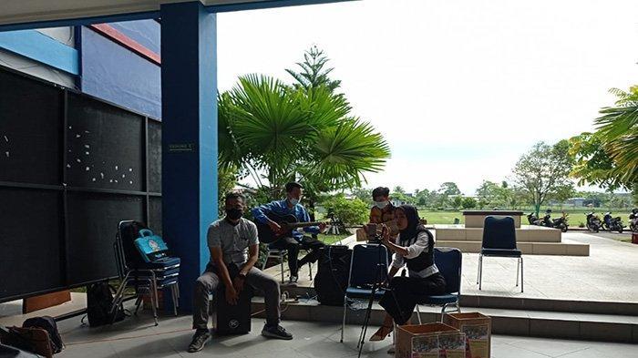 Prodi Pendidikan Geografi IKIP PGRI Pontianak Bagi Takjil dan Paket Sembako