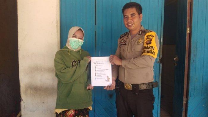 Lawan Covid-19, Bhabinkamtibmas Polsek Sukadana Kayong Utara Terus Sosialisasikan Maklumat Kapolri