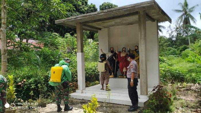 Lakukan Sterilisasi, Anggota Koramil Toho Semprotkan Cairan Disinfektan di Gua Maria