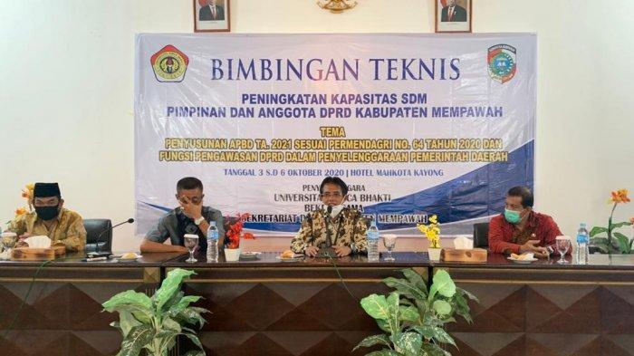 Universitas Panca Bhakti (UPB) Pontianak menggelar Bimbingan Teknis (Bimtek) bersama DPRD Kabupaten Mempawah, di Mahkota Kayong, Minggu 4 Oktober 2020.