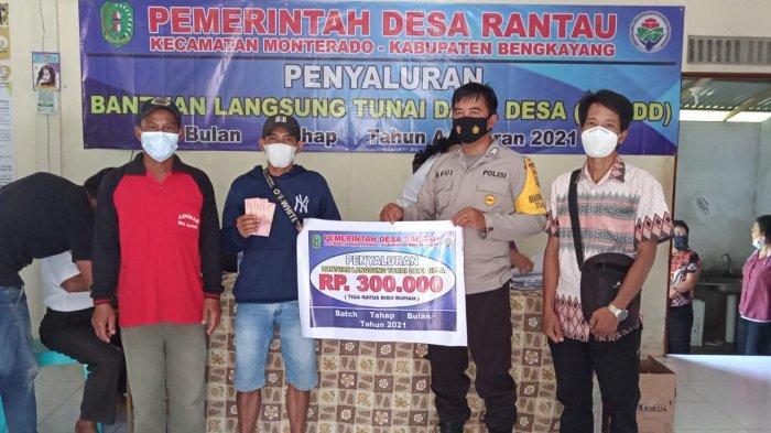 Bhabinkamtibmas Desa Rantau, Kecamatan Monterado, Bripka Abui menghadiri Kegiatan Penyaluran BLT Dana Desa tahap pertama bulan 1 tahun 2021 Desa Rantau, Kecamatan . Monterado, di Aula Balai Desa Rantau, Rabu 12 Mei 2021.