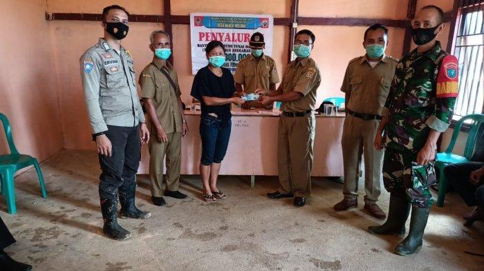 Bhabinkamtibmas Manukung Kawal Penyaluran BLT di Desa Nanga Melona