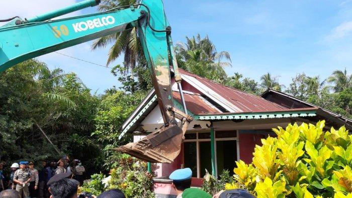 Brimob Polda Kalbar Turun Tangan Bongkar Paksa Rumah Warga, Sempat Terjadi Perlawanan