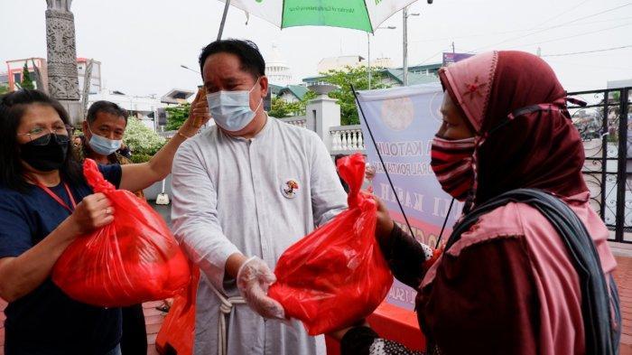 PIMPINAN Umum Bruder MTB Indonesia, Br Donatus Rafael MTB, membagikan paket sembako, Minggu 15 Agustus 2021 pukul 10.00 WIB.