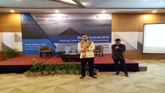Panin Sekuritas Cabang Pontianak Gelar Seminar Market Outlook 2019 - branch-manager-panin-sekuritas-pontianak-therian-perry-memandu-acara-sabtu-1622019.jpg
