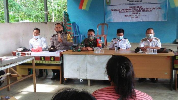 Personel Polsek Toba Amankan Penyaluran BLT-DD Tahap I Bulan Januari Desa Lumut Kecamatan Toba