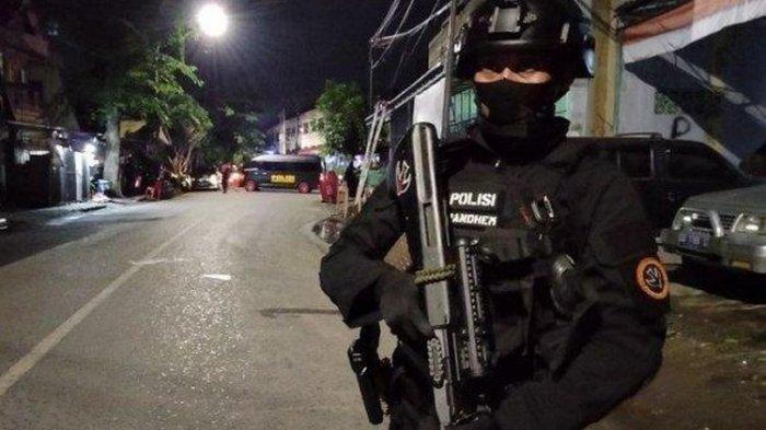 Suasana di Jalan Maccini Sawah Makassar, dijaga ketat Brimob Polda Sulsel, Rabu (30/12/2020) malam