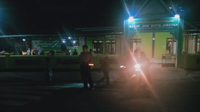 Bripka Herman Pimpin Pengamanan Sholat Tarawih