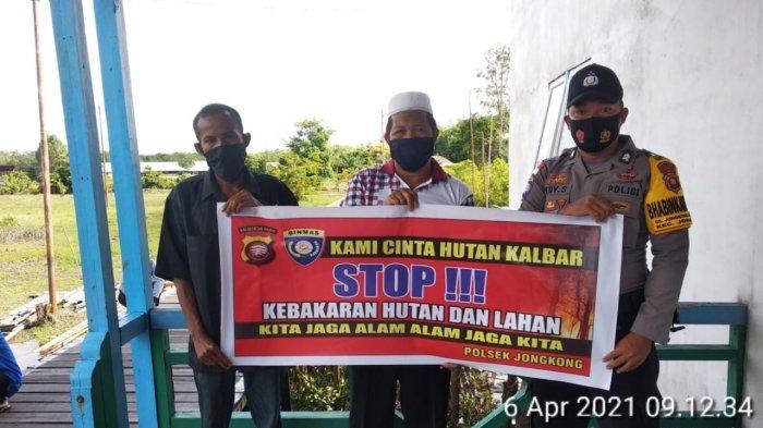 Bhabinkamtibmas Polsek Jongkong Bersama Warga Sosialisasikan Bahaya Karhutla