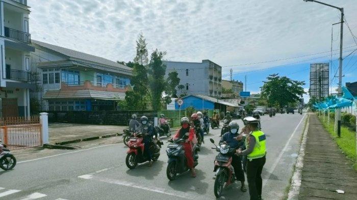 Personel Sat Lantas Polres Sambas mensosialisasikan budaya tertib berlalu lintas di simpang 3 traffic light Sambas, Kamis 29 Juli 2021