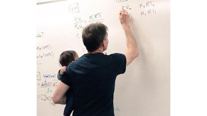 Profesor Ini Banjir Pujian karena Gendong Bayi Mahasiswinya Sambil Mengajar di Kelas