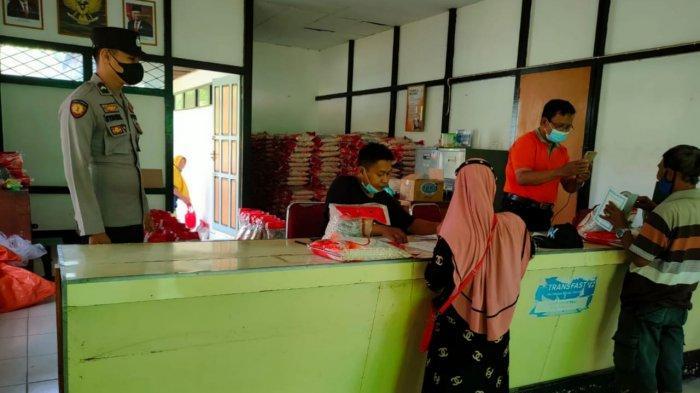 Kegiatan Personel Beberapa Polsek Jajaran Polres Sambas, Kawal Penyaluran BST hingga Tracing Warga