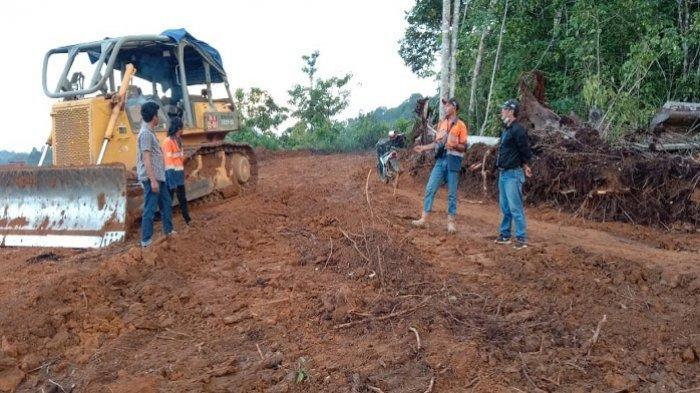 CMI Bantu Buka Lahan untuk Pemakaman di Desa Sandai Kanan Ketapang