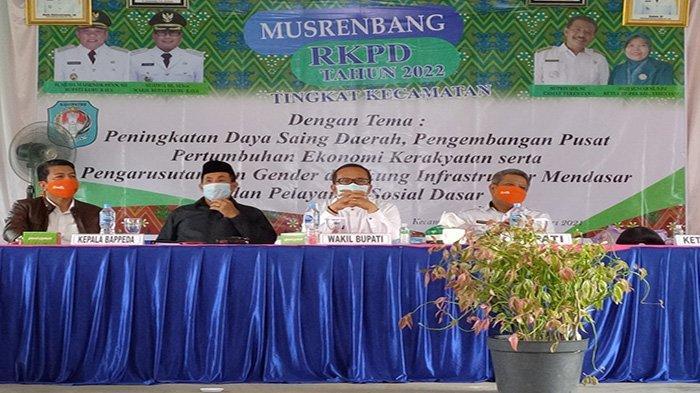 Bupati Kubu Raya saat membuka pelaksanaan Musyawarah Perencanaan Pembangunan (Musrenbang) Rencana Kerja Pemerintah Daerah (RKPD) tingkat Kecamatan Tahun 2022 khususnya di Kecamatan Terentang, pada Rabu 3 Februari 2021.