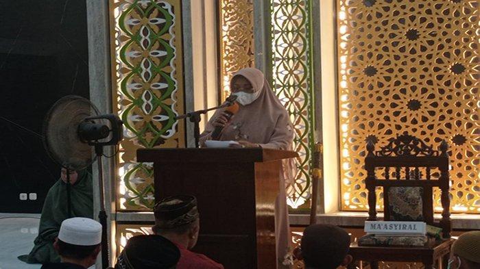 Bupati Erlina Laksanakan Salat Tarawih Pertama di Masjid Agung Al-Falah Mempawah