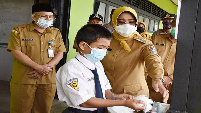 Bupati Erlina Senang Proses Pembelajaran Tatap Muka Berjalan Lancar