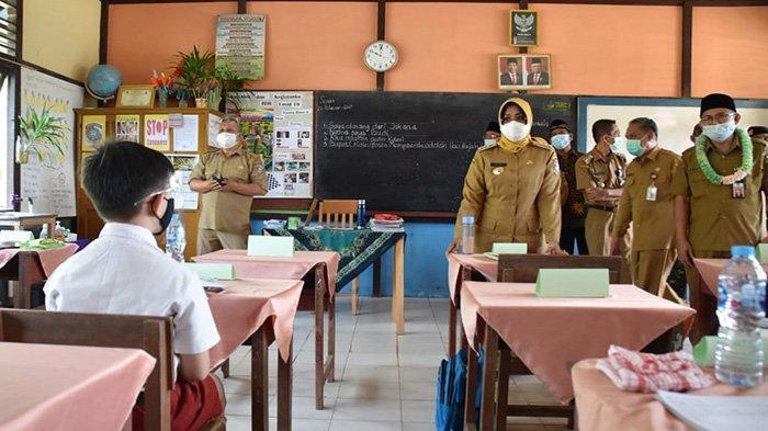 Bupati Mempawah, Hj Erlina SH MH, meninjau Pelaksanaan Pembelajaran Tatap Muka (PTM) masa Pandemi Covid-19, Senin 22 Februari 2021.