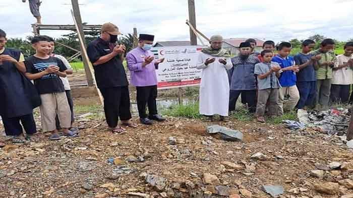 Bupati Atbah Letak Batu Pertama Pembangunan Klinik Kesehatan di Pesantren Al-Furqon Tebas