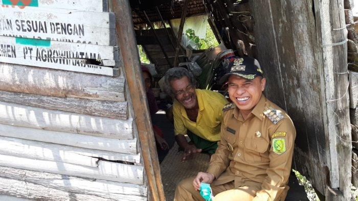 Kunjungi Rosyid Yang Huni Gubuk Reyot di Desa Jirak, Ini Janji Bupati Atbah Romin Suhaili