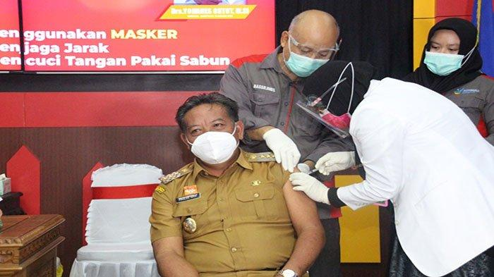 Bupati dan Wakil Bupati Sanggau Disuntik Vaksin Covid-19