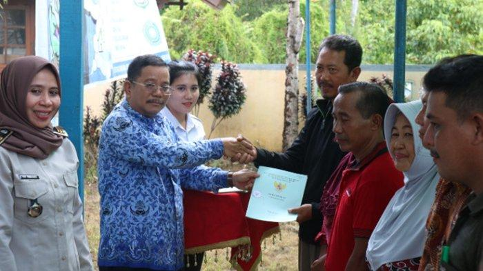 Pemkab Sekadau Serahkan 1008 Sertikat Tanah Bagi Masyarakat Desa Peniti dan Desa Ensalang