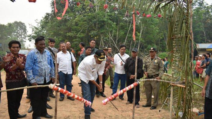 Bupati Sintang Lakukan Peletakan Batu Pertama Pembangunan Gereja Tanjung Pauh