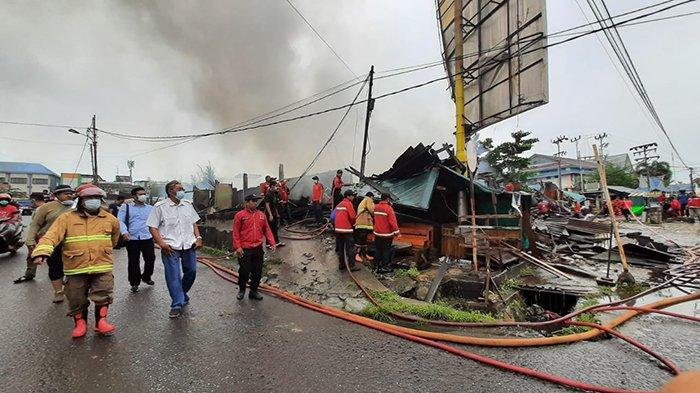 Bupati Sintang, Jarot Winarno meninjau Komplek pasar Inpres, di Jalan Partisipasi, Kelurahan Tanjung Puri, Kecamatan Sintang, yang ludes terbakar.
