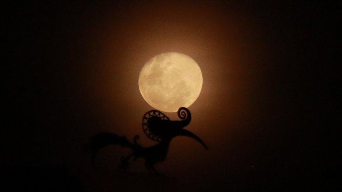 FOTO: Keindahan Cahaya Bulan Kemerahan di Langit Kota Pontianak, Rabu (11/03) - cahaya-bulan-di-pontianak-1.jpg
