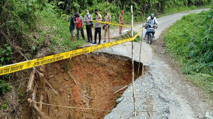 Jembatan Ambruk di Jalan Raya Senakin-Gombang, Hanya Bisa Dilalui Kendaraan Roda Dua