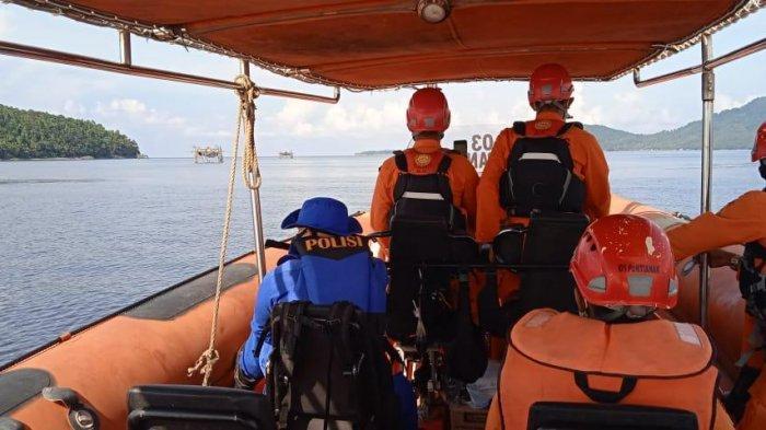 Sat Polairud Polres Bengkayang Back UP Tim Basarnas Lakukan Pencarian Korban Kapal Tenggelam