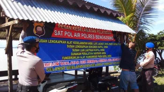 Anggota Sat Polair Polres Bengkayang Pasang Spanduk Imbauan Keselamatan di TPI Desa Karimunting
