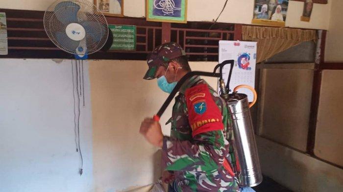 Cegah Covid-19, Prajurit Kodim 1202/Skw Semprot Rumah Penduduk Pakai Disinfektan