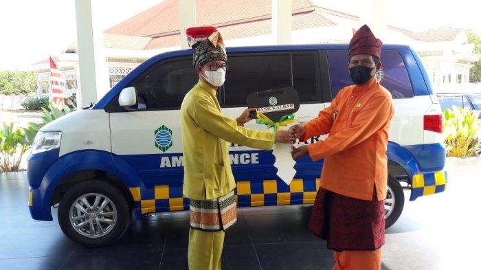 Pemkab KKU Terima Bantuan Satu Unit Ambulans dari Bank Kalbar - citra-duani-menerima-simbolis-bantuan-ambulans-dari-bank-kalbar.jpg
