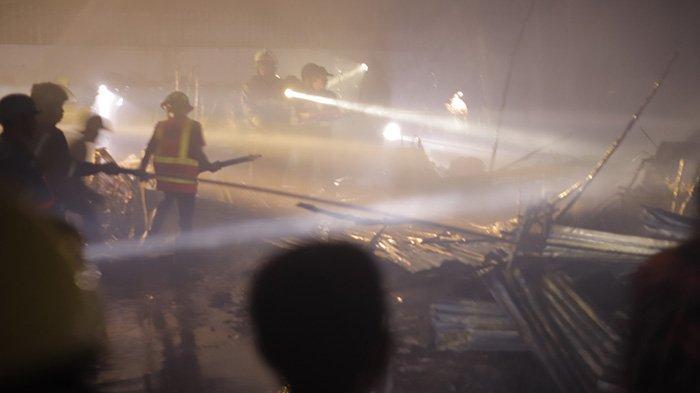 Diduga karena Puntung Rokok, Satu Unit Gudang Berisi Hasil Kerajinan dari Kayu dan Rotan Terbakar