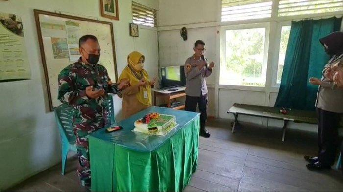 Kapolsek IPTU Imam Berikan Kejutan Pada HUT TNI ke-76 di Markas Koramil 1201-03 Mempawah Hilir