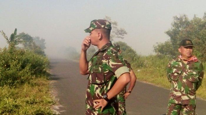 Dandim Mempawah Pantau Proses Pemadaman Kebakaran Lahan di Sebukit Rama
