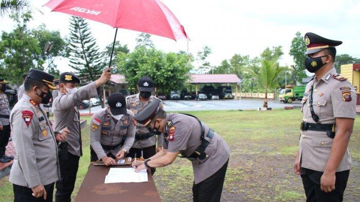Penandatangan berita acara Serah Terima Jabatan (Sertijab) beberapa pejabat di lingkungan Polres Bengkayang, Selasa 27 April 2021.