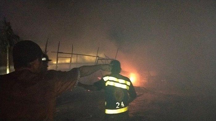 BREAKING NEWS - Satu Bangunan di Jalan Johar Terbakar, Sejumlah Damkar Berjibaku Padamkan Api