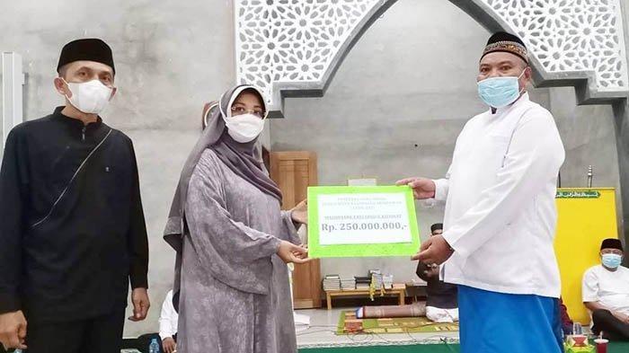 Lakukan Monitoring Pelaksanaan Keagamaan di Segedong, Bupati Erlina Ingatkan Penerapan Prokes