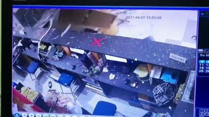 Tangkapan layar rekaman CCTV ambruknya Plafon ruang lobi dan pelayanan publik di Gedung Perpustakaan dan Kearsipan (Perpussip) Kabupaten Mempawah, Rabu 7 April 2021, sekitar pukul 11.55 WIB.