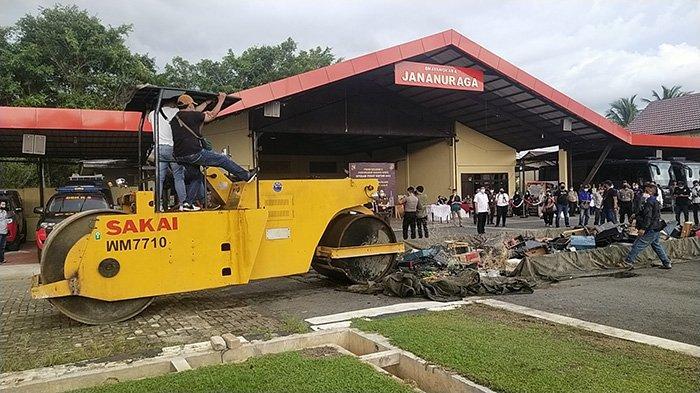 Grebek Kampung Beting, Polda Kalbar Dapati Puluhan Klip Diduga Sabu Didalam Mesin Ketangkasan