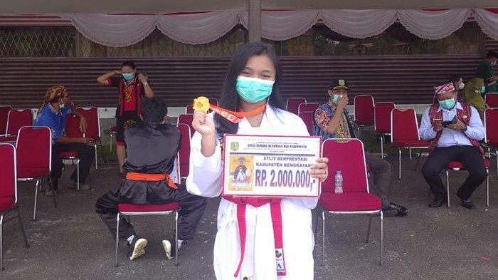 Atlet Karate Putri Berprestasi, Darwis Berikan Penghargaan pada Dea Destia di Momen HUT Bengkayang