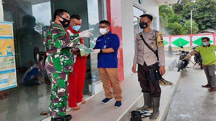 Satgas Covid-19 Kabupaten Sekadau Lakukan Penyemprotan Disinfektan Masal di Desa Tapang Semadak