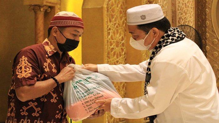 Wagub Kalbar Serahkan 500 Paket Sembako untuk Dhuafa dan Yatim Piatu