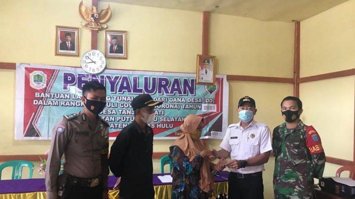 Bhabinkamtibmas Polsek Putussibau Selatan Hadiri Penyaluran BLT-DD, Imbau Warga Tak Lakukan Mudik