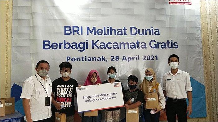 Pemberian kacamata kepada 30 pelajar di Kota Pontianak dalam program BRI Melihat Dunia di BKMM Pontianak, Rabu 28 April 2021.