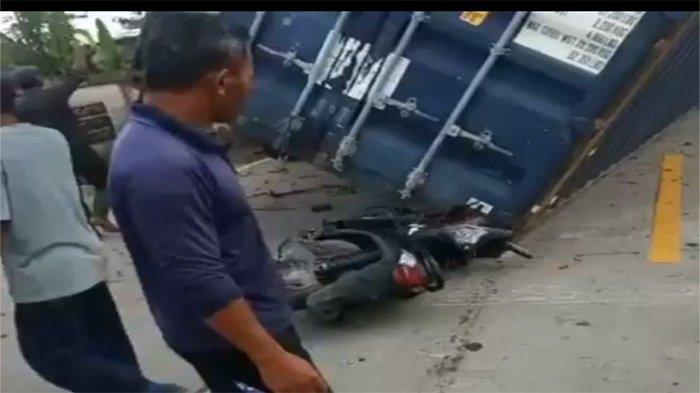 Boks Konteiner Lepas dan Timpa Motor di Jalan Raya, Polisi Pastikan Tidak Ada Korban