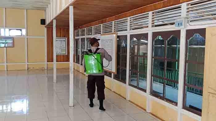 Polsek Meranti Lakukan Penyemprotan Disinfektan di Masjid dan Fasilitas Umum Lainya