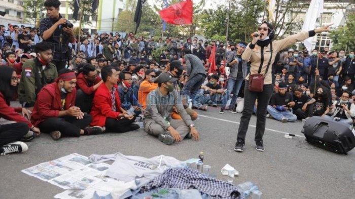 Aksi lanjutan sejumlah mahasiswa yang kembali menuntut dicabutnya Undang-undang Omnibus Law, di depan Kantor DPRD Kalbar, Jalan Ahmad Yani, Pontianak, Kalimantan Barat, Selasa 20 Oktober 2020. Aksi tersebut terus berlanjut hingga malam hari, dan mahasiswa membubarkan diri sekitar pukul 19.30 WIB.